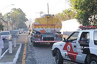 SAO PAULO, SP, 07 MARÇO DE 2012 -Policia Militar escolta caminhoes caregado de combustivel que sai de posto de abastecimento na Av Presidente Wilson na Vila Carioca o caminhao vai abastecer Guarulhos. (FOTO: ADRIANO LIMA - BRAZIL PHOTO PRESS)