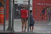 SÃO PAULO, 07 DE MARÇO DE 2013 - CLIMA TEMPO SP - Paulistanos enfrentam   forte  na tarde desta quinta-feira(07), Barra Funda, zona oeste da capital - FOTO: LOLA OLIVEIRA/BRAZIL PHOTO PRESS