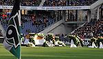 m heutigen Sonntag (15.11.2009) nahmen die Fans und Freunde des am 10.11.2009 verstorbenen Nationaltorwartes Robert Enke ( Hannover 96 ) Abschied. In der groessten Trauerfeier nach Adenauer kamen rund 100.000 Träuergaeste zur AWD Arena. Zu den VIP zählten u.a. Altkanzler Gerhard Schroeder, Bundestrainer Joachim Loew und die aktuelle DFB Nationalmannschaft, sowie Vertreter der einzelnen Bundesligamannschaften und ehemalige Vereine, in denen er gespielt hat. Der Sarg wurde im Mittelkreis des Stadions aufgebahrt. Trauerreden hielten u.a. MIniterpräsident Christian Wulff, DFB Präsident Theo Zwanziger , Han. Präsident Martin Kind <br /> <br /> <br /> Foto:   Der Sarg von Thomas Enke wird im Mittelkreis aufgebaut - / Blick nach rechts die Eckfahne von Hannover 96<br /> <br /> Foto: © nph ( nordphoto )  <br /> <br />  *** Local Caption *** Fotos sind ohne vorherigen schriftliche Zustimmung ausschliesslich für redaktionelle Publikationszwecke zu verwenden.<br /> Auf Anfrage in hoeherer Qualitaet/Aufloesung