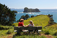 New Zealand, North Island, Coromandel Peninsula: Young couple on bench at Cathedral Cove Recreational Reserve | Neuseeland, Nordinsel, Coromandel Halbinsel: Cathedral Cove Recreational Reserve, Paar auf einer Bank