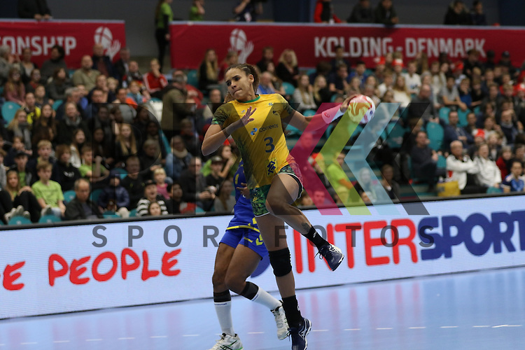 Kolding (DK), 07.12.15, Sport, Handball, 22th Women's Handball World Championship, Vorrunde, Gruppe C, DR Kongo-Brasilien : Alexandra do Nascimento (Brasilien, #03<br /> <br /> Foto &copy; PIX-Sportfotos *** Foto ist honorarpflichtig! *** Auf Anfrage in hoeherer Qualitaet/Aufloesung. Belegexemplar erbeten. Veroeffentlichung ausschliesslich fuer journalistisch-publizistische Zwecke. For editorial use only.
