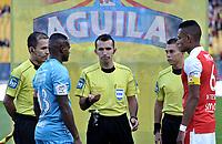 BOGOTA - COLOMBIA - 25 - 02 - 2018: Carlos Andres Betancur (Cent.), arbitro, con los capitanes William Tesillo (Der.) de Independiente Santa Fe y Juan Pablo Zuluaga (Izq.) de Jaguares, durante partido de la fecha 5 entre Independiente Santa Fe y Jaguares F. C., por la Liga Aguila I 2018, en el estadio Nemesio Camacho El Campin de la ciudad de Bogota. / Carlos Andres Betancur (C), referee, with the captains William Tesillo (R) of Independiente Santa Fe and Juan Pablo Zuluaga (L) of Jaguares, during a match of the 5th date between Independiente Santa Fe and Jaguares F. C., for the Liga Aguila I 2018 at the Nemesio Camacho El Campin Stadium in Bogota city, Photo: VizzorImage / Luis Ramirez / Staff.