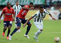 MEDELLÍN -COLOMBIA-18-07-2015. Jonathan Copete (Der) jugador de Atlético Nacional disputa el balón con Didier Moreno (Der) jugador de Independiente Medellín durante partido por la fecha 2 de la Liga Aguila II 2015 jugado en el estadio Atanasio Girardot de la ciudad de Medellín./ Jonathan Copete (L) player of Atletico Nacional  fights for the ball with Didier A. Moreno (R) player of Independiente Medellin during the match for the  second date of the Aguila League II 2015 at Atanasio Girardot stadium in Medellin city. Photo: VizzorImage/León Monsalve/ Cont
