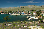 Le petit village de Vrulje sur l'île de Kornat  prend vie pendant l'été avec l'arrivée des vacanciers et des plaisanciers. Parc national des Kornati. .The small village of Vrulje on Kornat island is a popular resort for sailors during summer. Kornati national park