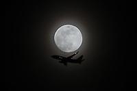 NEW YORK, NY, 09.04.2017 - LUA-AVIÃO - Um avião é visto passando ao lado da lua a partir da Ilha de Manhattan em New York na noite deste domingo, 09. (Foto: William Volcov/Brazil Photo Press)