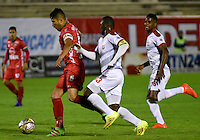 TUNJA -COLOMBIA, 29-09-2016. Larry Vasquez (Izq) jugador de Patriotas FC disputa el balón con Luis Chara (Der) jugador de Rionegro Águilas durante partido por la fecha 10 de la Liga Águila II 2016 realizado en el estadio La Independencia en Tunja./ Larry Vasquez (L) player of Patriotas FC fights for the ball with Luis Chara (R) player of Rionegro Aguilas during match for the date 15 of Aguila League II 2016 at La Independencia stadium in Tunja. Photo: VizzorImage/César Melgarejo/Cont