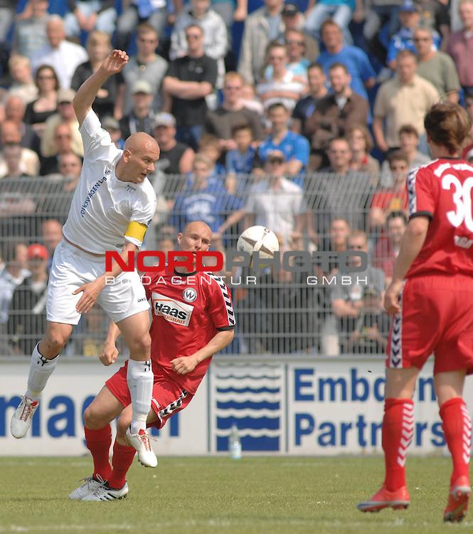 3. FBL 2008/2009 34. Spieltag RŁckrunde BSV Kickers Emden vs. Wacker Burghausen, Rudi bZedi (Emden #2, weiŖ) gegen Florian Galuschka (Burghausen #7, rot)  , Foto © nph (nordphoto)