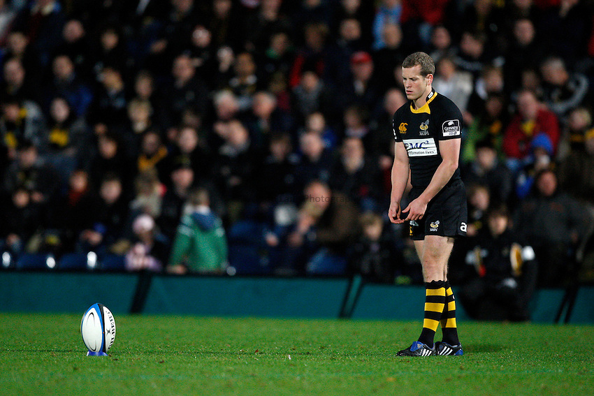 Photo: Richard Lane/Richard Lane Photography. London Wasps v Gloucester Rugby. LV= Cup. 15/11/2009. Wasps' Dave Walder kicks.