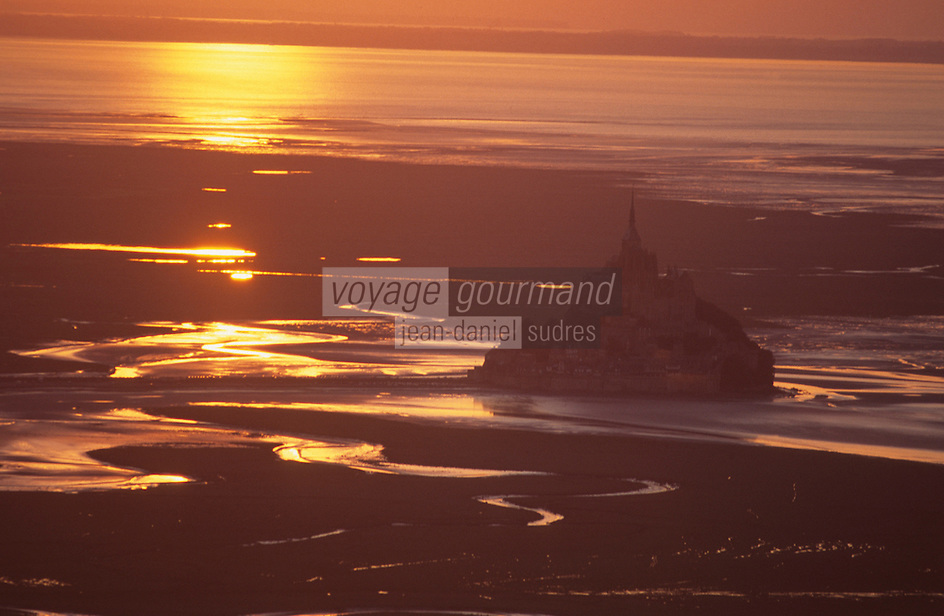 Europe/France/Normandie/Basse-Normandie/50/Manche/Env Saint-Michel-de-Montjoie: La baie et le Mont Saint-Michel au soleil couchant -  Vue aérienne