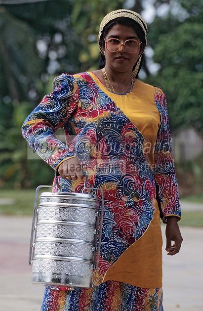 """Asie/Singapour/Ile de Ubin: Indienne portant un """"Hin"""" contenat les repas"""