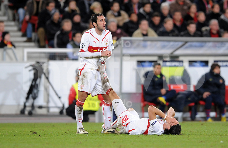 FUSSBALL  International  Champions   League  Hinspiel   SAISON 2009/2010    VfB Stuttgart -  FC Barcelona 23.02.2010 Cristian Molinaro dehnt das Bein von Sami Khedira (v.li., VfB Stuttgart)