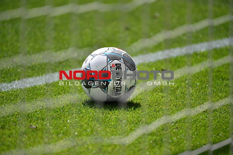 Ball liegt auf dem Rasen <br /><br />Sport: Fussball: 1. Bundesliga: Saison 19/20: 34.Spieltag, <br />VFL WOLFSBURG - FC BAYERN MUENCHEN <br />am 27.06.2020 in der Volkswagen Arena Wolfsburg, <br /><br />Nur fuer journalistische Zwecke! <br />Only for editorial use!<br />Gemaess den Vorgaben der DFL Deutsche Fussball Liga ist es untersagt, in dem Stadion und/oder vom Spiel angefertigte Fotoaufnahmen in Form von Sequenzbildern und/oder videoaehnlichen Fotostrecken zu verwerten bzw. verwerten zu lassen. <br />DFL regulations prohibit any use of photographs as image sequences and/or quasi-video.<br />National and International News Agencies OUT<br />NO RESALE!
