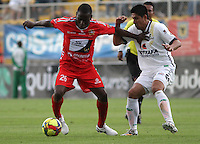BOGOTA -COLOMBIA, 25 -OCTUBRE-2014. Daniel Briceno ( D) de La Equidad   disputa el balón con Carlos Renteria ( I ) de Patriotas FC  durante partido de la  16 fecha  de La Liga Postobón 2014-2. Estadio Metroplitano de Techo . / Daniel Briceno  (R) of Equidad fights for the ball with  Carlos Renteria  (L) of Patriotas FC during tenth game of the La Liga Postobón  16th date 2014-2. Metropolitano de Techo  Stadium . Photo: VizzorImage / Felipe Caicedo / Staff