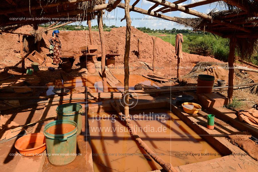 TANZANIA Geita, artisanal gold mining in Nyarugusu, people wash ore dust / TANSANIA Geita, kleine Goldminen in Nyarugusu, Arbeiter waschen Staub des gemahlenen Erzes