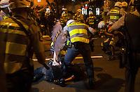 SÃO PAULO, SP,21 DE OUTUBRO DE 2013 - TERCEIRO ATO EDUCACAO - Policiais detém manifestante, durante o terceiro ato pela educação, pelas ruas do centro da capital, na noite desta segunda feira, 21.  FOTO: ALEXANDRE MOREIRA / BRAZIL PHOTO PRESS