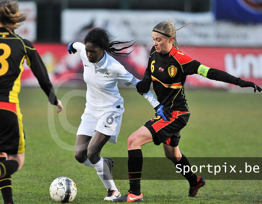 France U19 - Belgium U19 : Aminata Diallo aan de bal voor Julie Biesmans.foto DAVID CATRY / Nikonpro.be