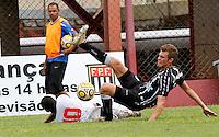 Roger Deniro (d) jogador do Figueirense durante partida entre as equipes do Flamengo-SP X Figueirense- SC realizada no Estádio Municipal Antônio Soares de Oliveira Guarulhos (SP), válida pela 3ª Rodada do Grupo X da Copa São Paulo de Futebol Junior 2012, nesta quarta feira (11). (FOTO: ALE VIANNA - NEWS FREE).