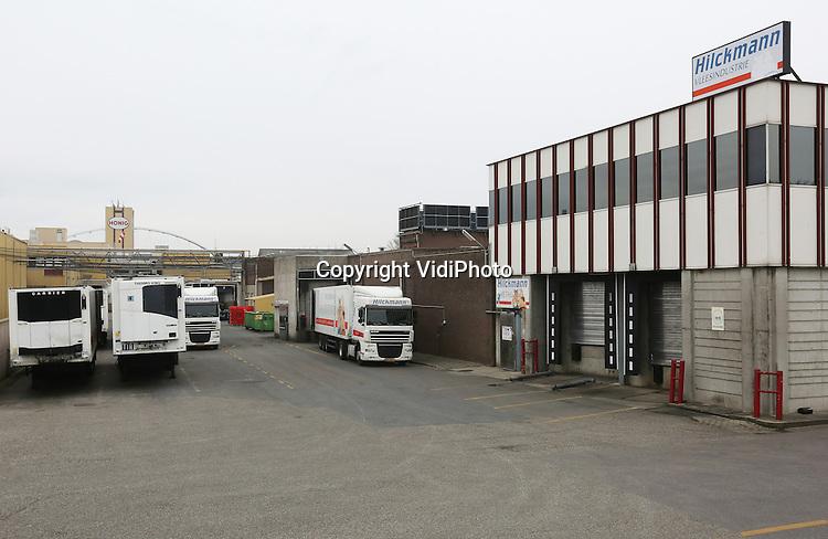 Foto: VidiPhoto<br /> <br /> NIJMEGEN - Terwijl de gemeente Nijmegen miljoenen terugeist van slachthuis Hilckmann, eist het bedrijf op zijn beurt extra miljoenen van de gemeente. Het onlangs gestopte bedrijf zeg nog recht te hebben op 6,6 miljoen euro. Vorig jaar zomer ontving het slachthuis al 21 miljoen van de gemeente. Dat geld was volgens het stadsbestuur &quot;uitsluitend en volledig&quot; bedoeld voor een bedrijfsverplaatsing naar het Brabantse Haps. Het slachthuis kondigde op 24 februari onverwacht aan het bedrijf met onmiddellijke ingang te sluiten. De verhuizing is van de baan, 250 mensen staan op straat. De gemeente wil sindsdien weten waar de 21 miljoen is gebleven en eist dat Hilckmann zo veel mogelijk geld terugbetaalt. Er is een kort geding aangekondigd. Het slachthuis kijkt er anders tegenaan en stelt dat die 6,6 miljoen deel uitmaakt van de afgesproken koopsom die in totaal 27,6 miljoen euro bedraagt.