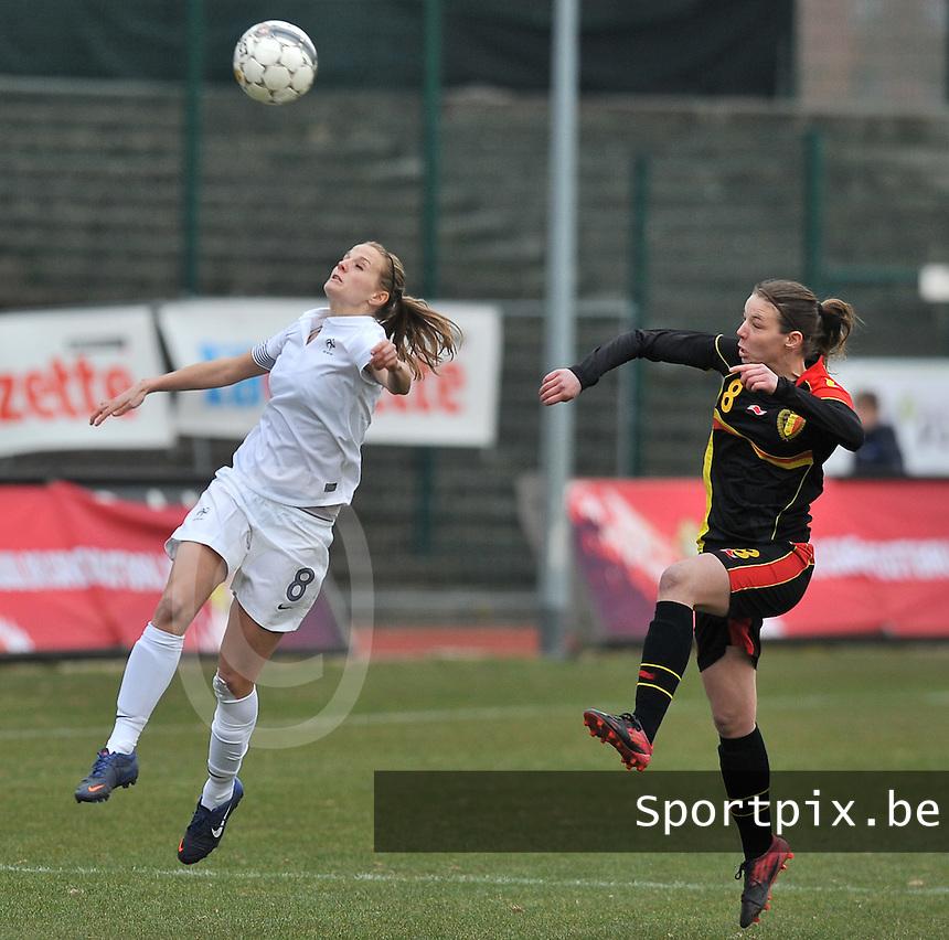 France U19 - Belgium U19 : duel om de bal tussen Nicky Van den Abbeele (rechts) en Sandie Toletti.foto DAVID CATRY / Nikonpro.be