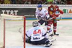 Mannheims Goalie DennisEndras (Nr.44)  hat die Scheibe, Duesseldorfs Alex Barta (Nr.29) kommt nicht an Mannheims PhilHungerecker (Nr.94)  vorbei beim Spiel in der DEL, Duesseldorfer EG (rot) - Adler Mannheim (weiss).<br /> <br /> Foto © PIX-Sportfotos *** Foto ist honorarpflichtig! *** Auf Anfrage in hoeherer Qualitaet/Aufloesung. Belegexemplar erbeten. Veroeffentlichung ausschliesslich fuer journalistisch-publizistische Zwecke. For editorial use only.