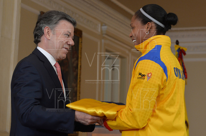 BOGOTÁ - COLOMBIA, 26-02-2014 Juan Manuel Santos, presidente de Colombia, hizo entrega hoy, 26 de febrero de 2014, la bandera colombiana a los atletas nacionales que participarán en los próximos juegos Sudamericanos en Chile./ Juan Manuel Santos, president of Colombia, handed the colombian flag to the national athletes who will participate in the next South American Games in Chile. Photo: VizzorImage /  César Carrión - SIG / HANDOUT PICTURE; MANDATORY EDITORIAL USE ONLY/