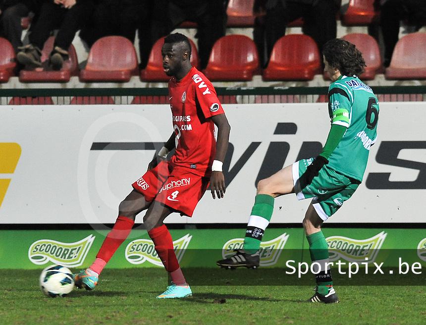 KV Kortrijk - OH Leuven : Ismaila N'Diaye aan de bal voor Kenneth Van Goethem.foto VDB / BART VANDENBROUCKE