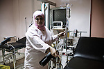 Linda prepares the delivery room, at the Haifa Hospital of Burj el Barajneh, Lebanon.<br /> <br /> Linda pr&eacute;pare la salle d'accouchement, &agrave; l'h&ocirc;pital Haifa de Burj el Barajneh