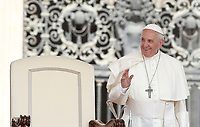 Papa Francesco arriva all'udienza generale del mercoledi' in Piazza San Pietro, Citta' del Vaticano, 14 giugno, 2017.<br /> Pope Francis arrives to lead his weekly general audience in St. Peter's Square at the Vatican, on June 14, 2017.<br /> UPDATE IMAGES PRESS/Isabella Bonotto<br /> STRICTLY ONLY FOR EDITORIAL USE
