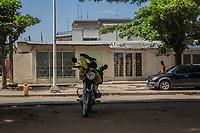 Conduttore di taxi si riposa sulla sua moto