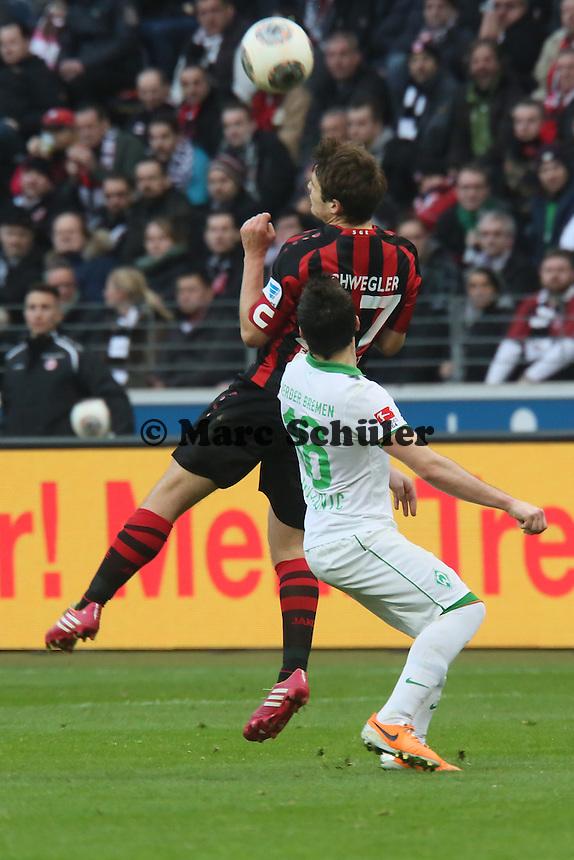 Pirmin Schwegler (Eintracht) holt den Ball gegen Zlatko Junuzovic (Wrerder) - Eintracht Frankfurt vs. SV Werder Bremen