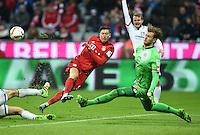 FUSSBALL  1. BUNDESLIGA  SAISON 2015/2016  24. SPIELTAG FC Bayern Muenchen - 1. FSV Mainz 05       02.03.2016 Robert Lewandowski (li, FC Bayern Muenchen) gegen Torwart Loris Karius (re, 1. FSV Mainz 05)