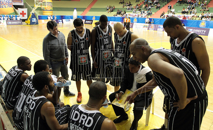 BUCARAMANGA -COLOMBIA, 17-05-2013. José Tapias técnico de Piratas da instrucciones durante partido contra Búcaros en la fecha 17 fase II de la  Liga DirecTV de baloncesto Profesional de Colombia realizado en el Coliseo Vicente Díaz Romero de Bucaramanga./ Piratas coach Jose Tapias gives directions during match against Búcaros on the 17th date phase II of  DirecTV professional basketball League in Colombia at Vicente Diaz Romero coliseum in Bucaramanga. Photo:VizzorImage / Jaime Moreno / STR