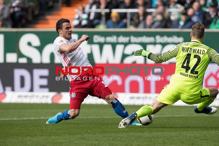 16.04.2017, Weser Stadion, Bremen, GER, 1.FBL, Werder Bremen vs Hamburger SV, im Bild<br /> <br /> Filip Kostic (Hamburger SV #17)<br /> Felix Wiedwald (Bremen #42)<br /> <br /> Foto &copy; nordphoto / Kokenge