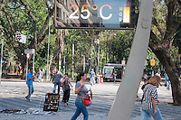SÃO PAULO-SP,15,09,2014-CLIMA TEMPO -As temperaturas continuam altas na Praça da República, no fim da manhã de Segunda -Feira,15(Foto:Kevin David/Brazil Photo Press)