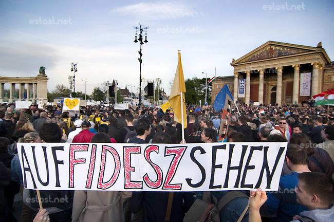 UNGARN, 12.04.2017, Budapest - XIV. Bezirk. Proteste gegen das Gesetzesvorhaben der Fidesz-Regierung, Nichtregierungsorganisationen nach russischem Vorbild als &quot;auslaendische Agenten&quot; zu diskreditieren, wenn sie Foerderung aus dem Ausland erhalten, z.B. von der EU: Grosskundgebung auf dem Heldenplatz. &quot;Auf Wiedersehen, Fidesz&quot;. | Protests against the Fidesz government's Russian-inspired draft law to discredit NGOs as &quot;foreign agents&quot; when they  reiceive funding from abroad, e.g. from the EU: Main manifestation on Heroes' square. &quot;Good bye to Fidesz&quot; (German &quot;Auf Wiedersehen&quot;).<br /> &copy; Martin Fejer/EST&amp;OST