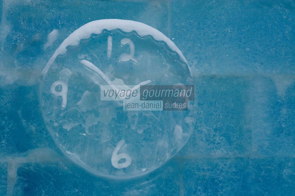 """Amérique/Amérique du Nord/Canada/Québec/ Québec: Horloge dasn la Glace au """"Palais de Glace"""" lors du Carnaval de Québec sur la place de l'Assemblée Nationale  dit aussi Palais de Bonhomme"""