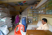 INDIA Madhya Pradesh , agro shop sell seeds pesticides fertilizer for BT cotton farmer and buy the cotton harvest / INDIEN Madhya Pradesh , Haendler vertreibt saatgut Pestizide Duenger fuer Baumwollfarmer , Aufkauf der Baumwollernte von gentechnisch veraenderter Baumwolle