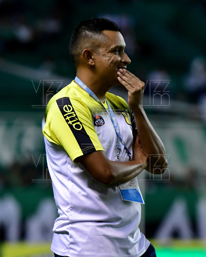 PALMIRA - COLOMBIA, 17-09-2019: Cesar Torres técnico de Alianza gesticula durante el partido entre Deportivo Cali y Alianza Petrolera como parte de la Liga Águila II 2019 jugado en el estadio Deportivo Cali de la ciudad de Palmira. / Cesar Torres coach of Alianza gestures during match between Deportivo Cali and Alianza Petrolera for the date 11 as part Aguila League II 2019 played at Deportivo Cali stadium in Palmira city. Photo: VizzorImage / Nelson Rios / Cont