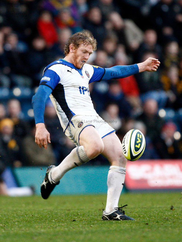 Photo: Richard Lane/Richard Lane Photography. London Wasps v Bath Rugby. LV=Cup. 14/11/2010. Bath's Sam Vesty kicks.