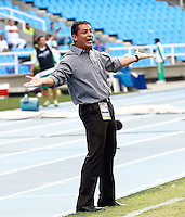 CALI - COLOMBIA -20-04-2014: Hector Cardenas, tecnico de Deportivo Cali da instrucciones a los jugadores durante  partido Deportivo Cali y  La Equidad por la fecha 18 por la Liga Postobon I 2014 en el estadio Pascual Guerrero de la ciudad de Cali. / Hector Cardenas, coach of Deportivo Cali gives instructions to the players during a match between Deportivo Cali and La Equidad for the date 18th of the Liga Postobon I 2014 at the Pascual Guerrero stadium in Cali city. Photo: VizzorImage / / Juan C Quintero / Str.