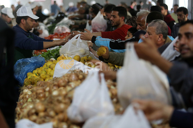 Palestinians shop from a central market financed by Qatar at al-Saraya Square in Gaza City on March 8, 2018. Photo by Ashraf Amra