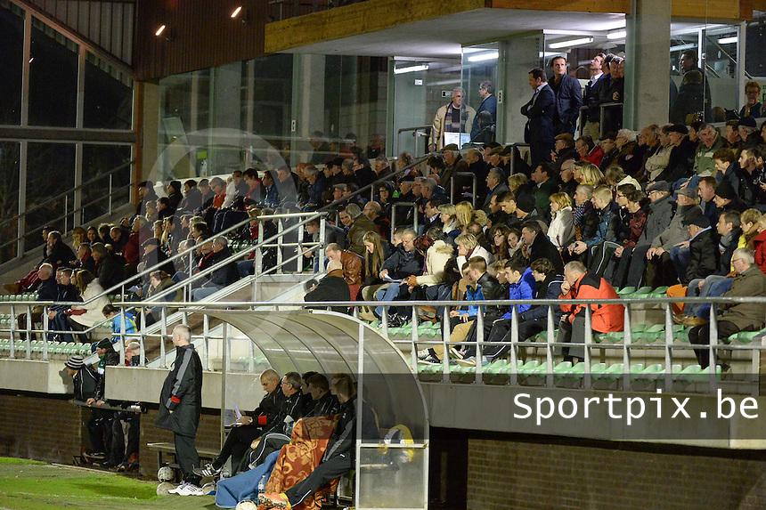 KM Torhout - FC Izegem :<br /> <br /> goedgevulde hoofdtribune<br /> <br /> foto VDB / BART VANDENBROUCKE