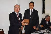 ATENÇAO EDITOR FOTO EMBARGADA PARA VEÍCULOS INTERNACIONAIS.  RIO DE JANEIRO RJ 04 DE OUTUBRO 2012 - CASA DA MOEDA HOMENAGEA RIO +20 COM MOEDA COMEMORATIVA EM PARCERIA COM ASSOCIAÇÃO COMERCIAL DO RIO DE JANEIRO. Nesta manha de quinta feira (04), o gerente executivo da divisão de planejamento e controle ambiental da Casa da Moeda do Brasil entrega uma moeda comemorativa em homenagem a Rio +20 para o presidente da Associação Comercial do Rio de Janeiro Antenor Barros Leal, na sede da instituição no centro da capital fluminense.<br /> <br /> FOTO RONALDO BRANDAO / BRAZIL PHOTO PRESS
