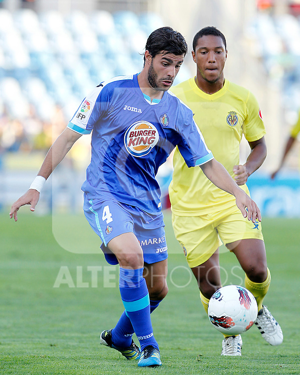 Getafe's Miguel Torres (l) and Villareal's Jonathan De Guzman during La Liga match.October 15,2011. (ALTERPHOTOS/Acero)