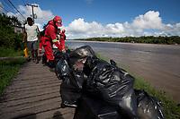 Lixeiros recolhem o lixo deixados por moradores nas pontes de madeira <br /> <br /> Vila Progresso.<br /> <br /> Com a criação da Convenção sobre Diversidade Biológica - CDB -  tratado da Organização das Nações Unidas,  e a ratificação do protocolo de Nagoia em  2010,   se inicia um processo de organização para os  Povos e Comunidades Tradicionais em  busca de maior  qualidade de vida não apenas na Amazônia, mas em todo  mundo. <br /> <br /> Assim, em dezembro de 2013 a Rede Grupo de Trabalho Amazônico – GTA, em parceria com a Regional GTA/Amapá, o Conselho Comunitário do Bailique, Colônia de Pescadores Z-5, IEF, CGEN/DPG/SBF/MMA, juntamente com 36 comunidades do Arquipélago do Bailique, inicia o processo de criação do primeiro protocolo comunitário na Amazônia, instrumento que regula relações comerciais amparado por leis ambientais, estabelecendo o mercado justo, proteção da biodversidade,  entre outros . <br /> <br /> Desta forma, após dezenas de encontros, debates e oficinas,  as Comunidades Tradicionais do Bailique, articuladas pelo GTA,  se reuniram durante os dias 26, 27 e 28 de fevereiro, onde os moradores, em assembléia geral ordinária, definiram sua personalidade jurídica   criando uma associação para atuação comercial, votando seu estatuto e estabelecendo os diversos grupos de trabalho necessários para a gestão do Protocolo Comunitário.<br /> <br /> O encontro na comunidade São João Batista no furo do macaco(igarapé que dá acesso a vila), foz do Amazonas, recebeu cerca de 100 lideranças de 28 comunidades  nestes dias , que chegavam de barcos e canoas acompanhados por suas famílias<br /> <br /> Durante o debate,  representantes  do Ministério do Meio Ambiente, Ministério Público Federal, Fundação Getúlio Vargas, Embrapa e Conab esclareciam dúvidas e indicavam caminhos para fortalecer o primeiro protocolo comunitário na Amazônia.<br /> Arquipélago do Bailique, Vila Progresso, Macapá, Amapá, Brasil.<br /> Foto Paulo Santos
