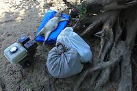Moradores quilombolas da comunidade da Pancada, pescam e caçam para sobreviver no rio Erepecuru, bacia do rio Trombetas.<br /> Oriximiná, Pará, Brasil.<br /> Foto Paulo Santos<br /> 24/09/2016 Conflitos e Pressão no território quilombola de Oriximiná <br /> <br /> As comunidades remanescentes do  quilombo de Oriximiná são formadas por 37 comunidades distribuídas em oito territórios, sendo que quatro deles são titulados, um está parcialmente titulado e três ainda esperam a titulação, sendo que esses últimos se encontram sobrepostos a áreas de conservação, o que dificulta o processo.  <br /> A titulação dessas terras quilombolas tem sido extremamente lenta, estando tramitando no INCRA e ITERPA desde inicio dos anos 2000. Existe no momento uma expectativa que isso mude, uma vez que em Fevereiro de 2015 o Tribunal Regional Federal da 1a Região em Santarém deu um prazo de 2 anos para que o governo federal conclua a titulação das terras do Alto Trombetas e em Maio de 2016 o TRF-1 confirmou essa decisão. No entanto, até Setembro de 2016 o cenário continua o mesmo.