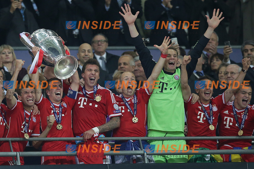 25.05.2013, Wembley Stadion, London, ENG, UEFA Champions League, FC Bayern Muenchen vs Borussia Dortmund, Finale, im Bild Philipp LAHM (FC Bayern Muenchen - 21) hebt den pokal, Henkelpott in die Hoehe - Der FC Bayern Muenchen ist Sieger der Champions League 2013 anch dem 2-1 Sieg im Finale von Wembley gegen Borussia Dortmund - mit im Bild - Thomas MUELLER (FC Bayern Muenchen - 25) - Mario MANDZUKIC (FC Bayern Muenchen - 9) - Arjen ROBBEN (FC Bayern Muenchen - 10) - Manuel NEUER (Torwart, Torhueter FC Bayern Muenchen - 1) - RAFINHA (FC Bayern Muenchen - 13) - Xherdan SHAQIRI (FC Bayern Muenchen - 11) // during the UEFA Champions League final match between FC Bayern Munich and Borussia Dortmund at the Wembley Stadion, London, United Kingdom on 2013/05/25. EXPA Pictures &copy; 2013, PhotoCredit: EXPA/ Eibner/ Gerry Schmit<br /> <br /> ***** ATTENTION - OUT OF GER ***** <br /> 25/5/2013 Wembley<br /> Football 2012/2013 Champions League<br /> Finale <br /> Borussia Dortmund Vs Bayern Monaco <br /> Foto Insidefoto
