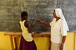 BURKINA FASO , Bobo Dioulasso, Good Shepherd Sisters / Die Schwestern vom Guten Hirten, Zentrum fuer Frauen und Maedchen, SR. HILARIA PUTHIRIKKAL aus Indien und Maedchen NATALIE