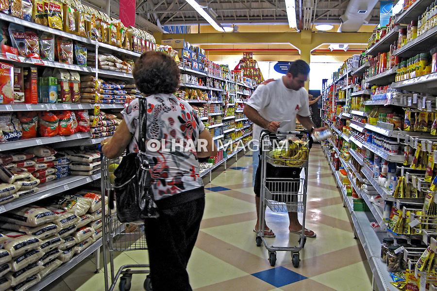Prateleiras de produtos em supermercado. São Paulo. 2007. Foto de Juca Martins.