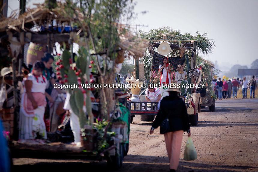 """El Marqués, Qro. 10 abril 2016DESFILE DE CARRETAS DELA FLOR MAS BELLA DEL CAMPOLa mañana de este domingo, la comunidad de La Griega  en el municipio de El Marqués se vistió de gala con la cabalgata de """"Los Hombres de a caballo"""" y el tradicional Desfile de Carretas de la flor mas Bella del Campo. Esta fiesta es la mas importante de todo el año para el sector campesino de este municipio; en ella, una docena de jóvenes mujeres, seleccionadas bajo el perfil de la mujer del campo, acompañadas por familiares y amigos, son las responsables de encabezar el rodar de los carruajes hasta el recinto ferial. Durante el camino, las carretas adornadas con motivo del 97 aniversario luctuoso de Emiliano Zapata, preparan y regalan comida típica del sector campesino al público en general.  El maíz, el metate, el molcajete, la música y el pulque, son la constante del recorrido de una tradición que enmarca la virtud de la mujer del campo, el  orgullo de sus raíces, el compromiso con su comunidad y oportunidad de convivir en familia.Foto: Victor Pichardo / Obture Press Agency"""